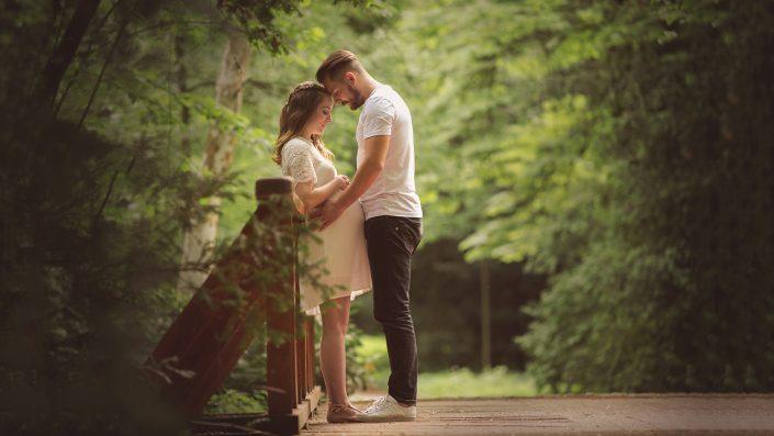 erdőben kismama vintage ruhában a férjével