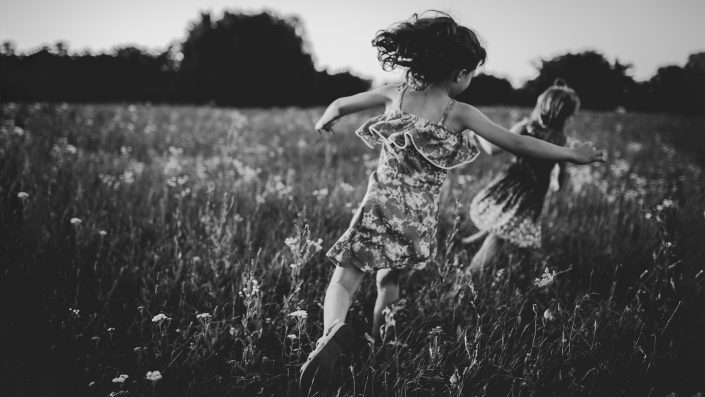 kislányok futnak egy mezőn