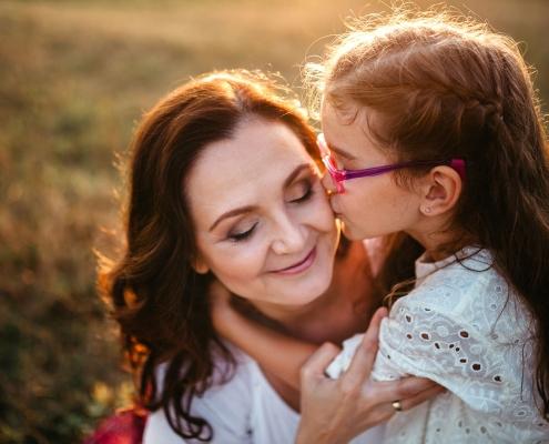 Anyuka öleli a kislányát a réten